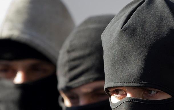В Винницкой обл. 20 вооруженных мужчин в балаклавах устроили стрельбу на предприятии: Полиция ведет переговоры, есть раненый