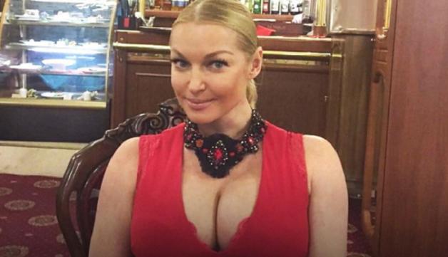 Анастасия Волочкова взбудоражила Инстаграм «голым» фото в поезде