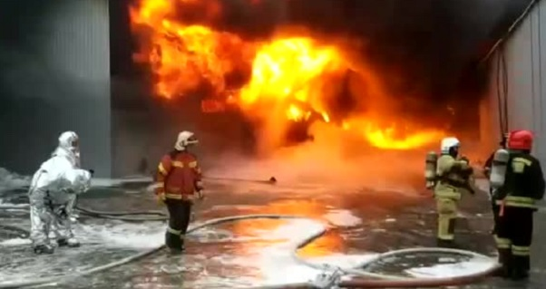 На российском складе с краской рухнула крыша во время пожара