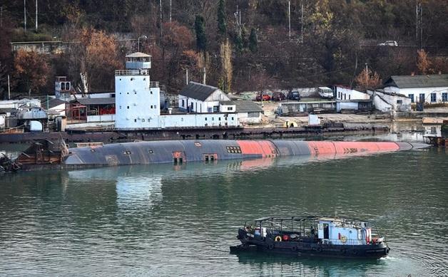 Появилось видео затонувшей подлодки с плавдоком в Севастополе