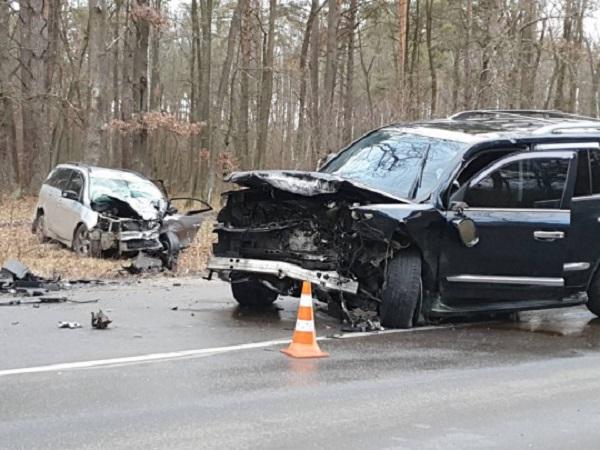 Под Киевом лоб в лоб столкнулись Lexus и Mitsubishi: детали и эксклюзивные фото с места аварии