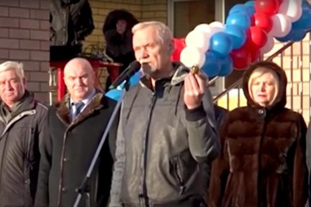 """""""Им пригодится"""": в России депутат подарил чиновникам вазелин"""
