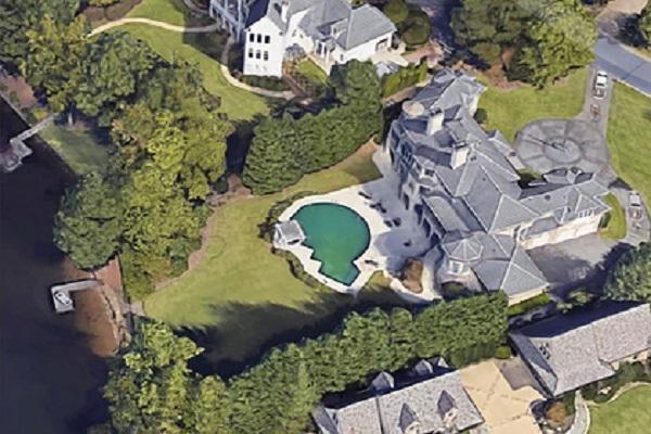 Российский олигарх Борис Ротенберг и его жена владеют дорогостоящими особняками в США. Из-за санкций недвижимость заброшена